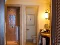 Stort badrum med en rolig öppning (skjutdörrar) mot sovdelen.