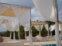 Solsängar vid poolen.